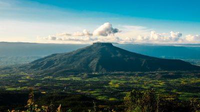 ภูป่าเปาะ นับเป็นแหล่งท่องเที่ยวในจังหวัดเลย ที่สามารถมองเห็นทิวทัศน์ของภูหอได้