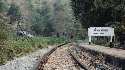 ถ้ำกระแซ เป็นชื่อสถานีรถไฟที่มีถ้ำอยู่ถัดไปไม่ไกลมากนักและมีริมหน้าผาลาดชัน
